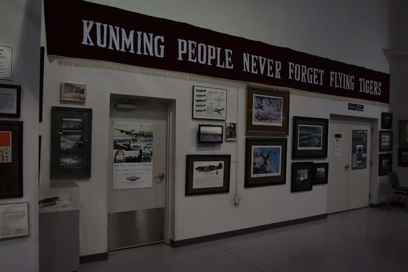 亞利桑那紀念空軍博物館中,有展示昆明人民感謝飛虎隊的橫幅。(許劍虹提供)