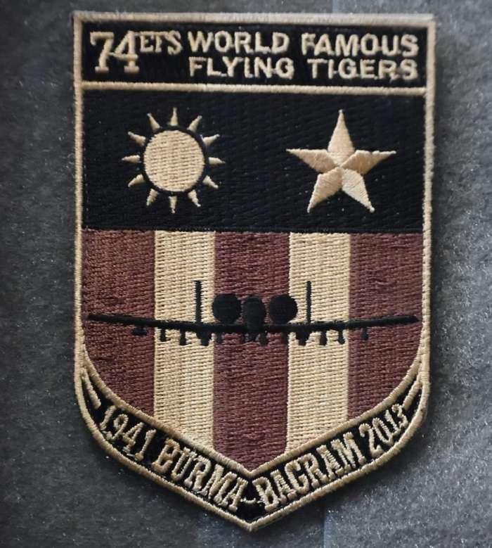 74遠征中隊設計的特殊臂章,上面有象徵中美合作的青天白日與白色五角星徽。(許劍虹提供)