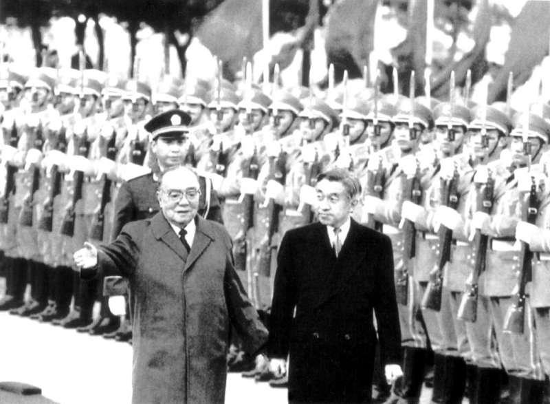 1992年10月23日,日本天皇明仁在北京人民大會堂與中國國家主席楊尚昆見面。(AP)