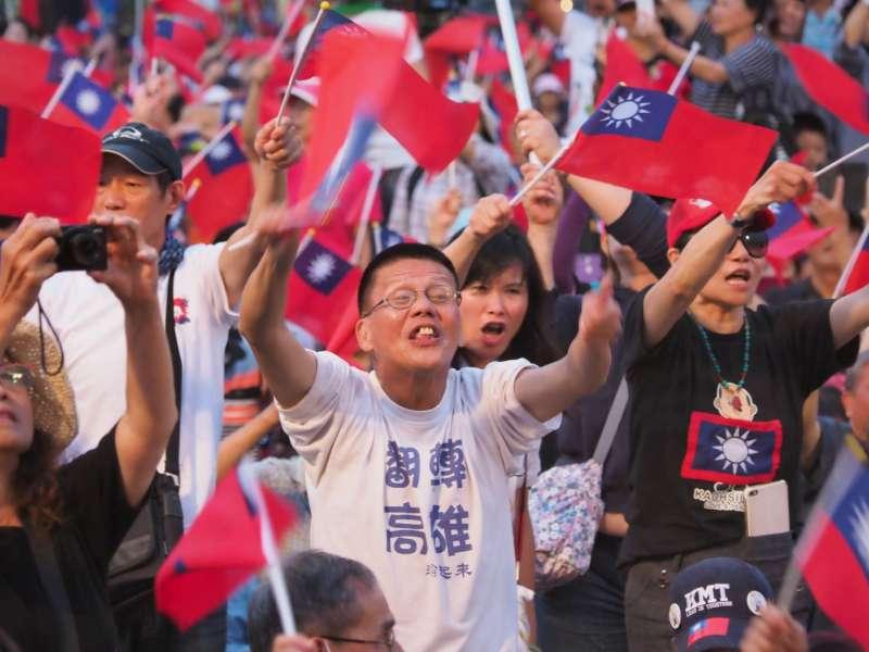 高雄市長韓國瑜27日晚間出現在韓粉誓師大會,粉絲熱情歡迎。(新新聞林瑞慶攝)