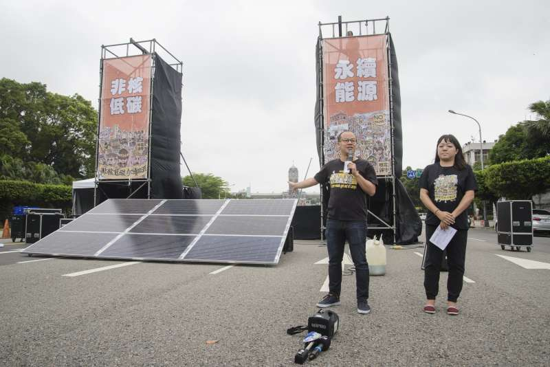 20190427-廢核大遊行行前記者會,主辦單位在舞台前架起太陽能板。(甘岱民攝)