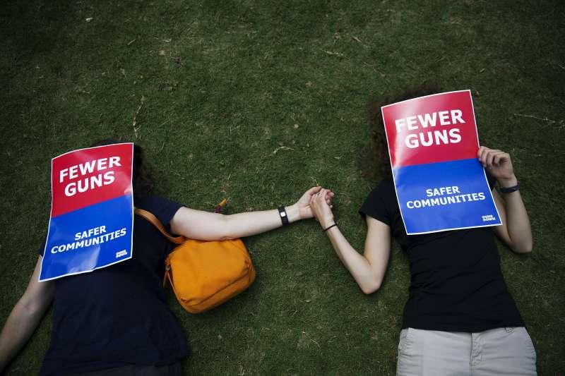 2019年4月26日,美國擁槍組織「全國步槍協會」舉行年會,場外民眾抗議槍械暴力氾濫(AP)