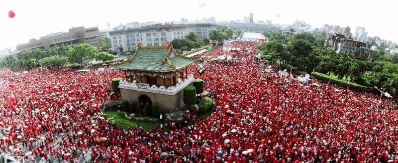 20190427-2006年9月9日數十萬紅衫軍參與「倒扁」靜坐行動。(取自施明德文化基金會網站)