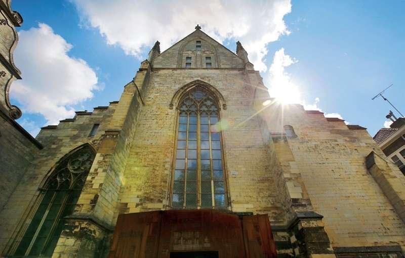 天堂書店在八百年老教堂裡。(聯經提供)