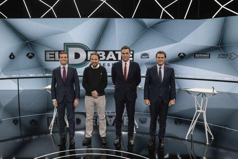 西班牙大選4月28日登場,4大政黨的黨魁出席電視政見辯論會,由左至右分別為人民黨主席卡薩多、「我們可以」黨主席伊格萊西亞斯、工人社會黨黨魁桑切斯,以及公民黨黨魁李維拉。(AP)