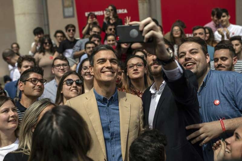 西班牙大選4月28日登場,現任總理桑切斯在造勢時與支持者自拍。(AP)