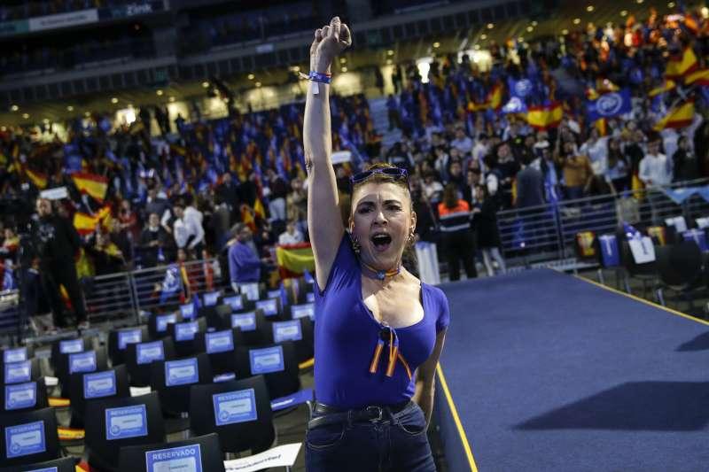 西班牙大選4月28日登場,圖中為右派政黨人民黨的造勢現場。(AP)
