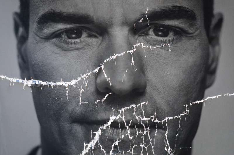 西班牙大選4月28日登場,圖為現任總理桑切斯的宣傳海報。(AP)