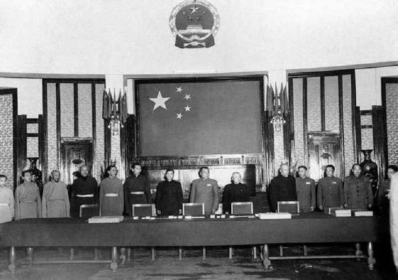 1951年5月23日,中共中央人民政府與西藏政府在北京簽訂《中央人民政府與西藏地方政府關於和平解放西藏辦法的協議》(維基百科)
