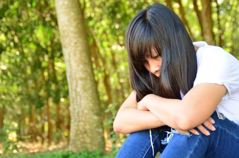 傷心 女孩(圖/pixabay)https://pixabay.com/zh/photos/%E5%A5%B3%E5%AD%A9-%E4%BC%A4%E5%BF%83-%E6%80%9D%E7%BB%B4-%E8%83%8C%E6%99%AF-%E6%97