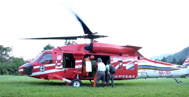 2019-04-30_南安小熊妹上黑鷹直升機,回花蓮山區野放。(截圖自youtube「森活情報站」頻道)