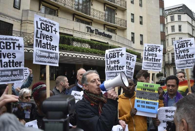 汶萊反同新法上路,群眾在汶萊蘇丹投資的倫敦「多切斯特酒店」前抗議。(AP)