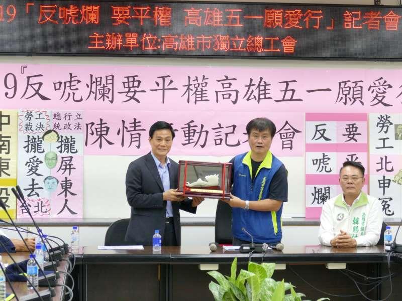 高雄市獨立總工會向議長許崑源(左)遞交陳情書,提出南部勞工五大權益訴求。(圖/徐炳文攝)