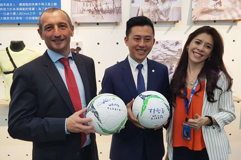 新竹市長林智堅與台灣迪卡儂執行長紀杰夫(左)互贈簽名球留念。(圖/方詠騰攝)