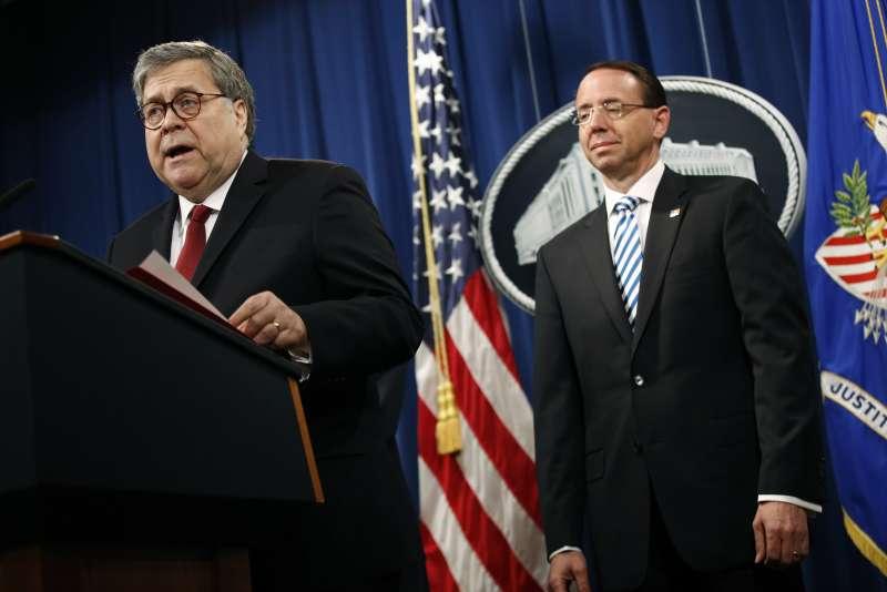 2019年4月18日,美國聯邦司法部公布「通俄門」特別檢察官穆勒的調查報告,部長巴爾舉行記者會,副部長羅森斯坦(Rod Rosenstein)也在旁。(AP)