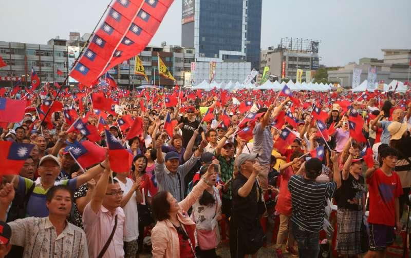 4月27日在高雄鳳山舉行的挺韓大會,現場以中老年人居多。(林瑞慶攝)