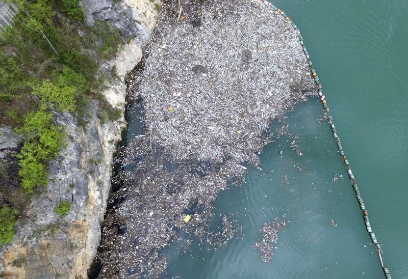 波赫東部小鎮維謝格拉德(Višegrad)附近的德里納河面上漂浮著垃圾堆積成的「小島」。(美聯社)