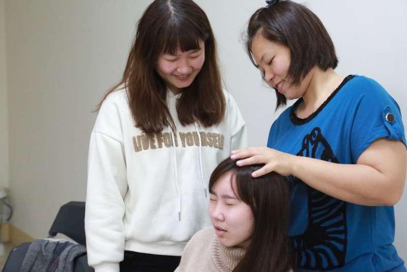 在「解密百業,實境體驗」活動中的芳療師職務,讓參與的青年真實活潑的體驗過程。(圖/臺中市就業服務處提供)
