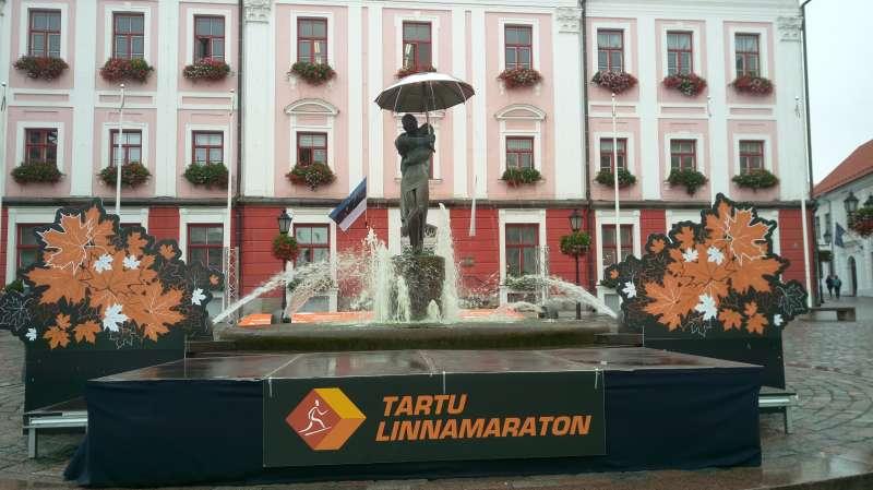 塔圖市政廳廣場前擁吻雕像。(圖/謝幸吟提供)