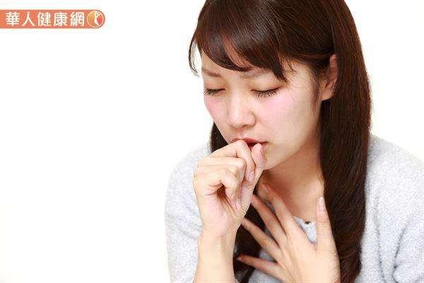 咳嗽、喉嚨痛期間也要特別注意飲食,勿吃發性食物,以免導致呼吸道發炎更嚴重,而讓喉嚨痛、咳嗽不易痊癒。(圖/華人健康網提供)