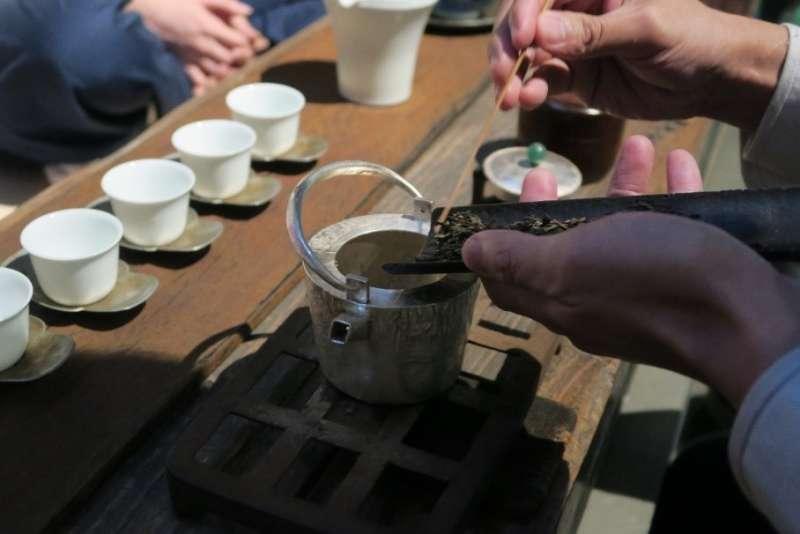 現場使用藝術家圓善的手打銀壺 使大樹茶風味更加圓潤,提升茶質層次(圖/烹雪韻)