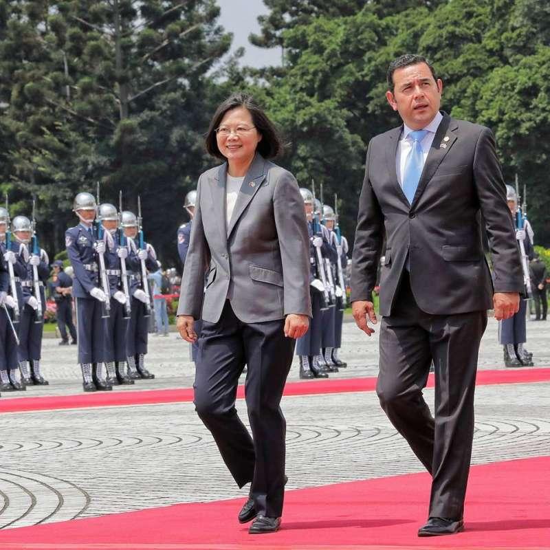 20190502-總統蔡英文(左)上午陪瓜地馬拉共和國總統莫拉雷斯(Jimmy Morales Cabrera)(右)前往桃園參訪。圖為上月30日瓜國總統抵台。(取自蔡英文臉書專頁)