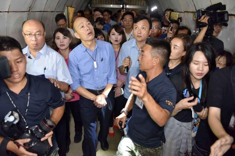 20190502_高雄市長韓國瑜和眾人探訪日治時代防空洞「鼓山洞」。(高雄市政府提供)
