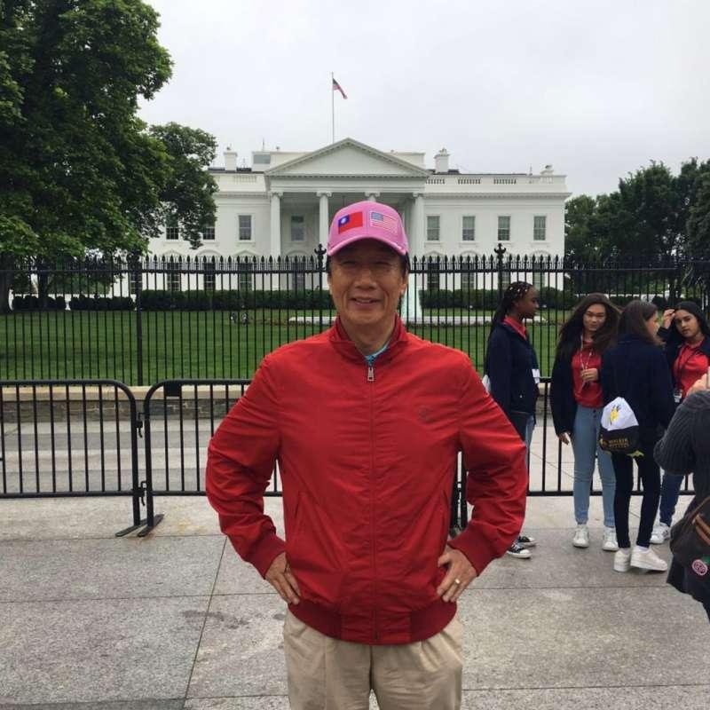 20190501-郭台銘於臉書放上參訪白宮的照片,圖中可見他全程戴著的印有中華民國與美國國旗的帽子。(取自郭台銘臉書)