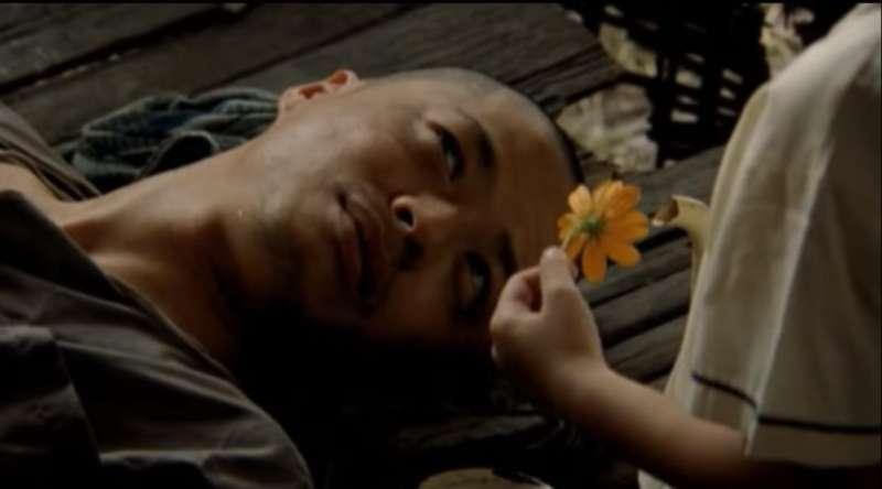 善良的小湄給了細偉一朵小黃花,給了他希望,於是他將他別在耳朵上,繼續工作。(圖片截取自Youtube)