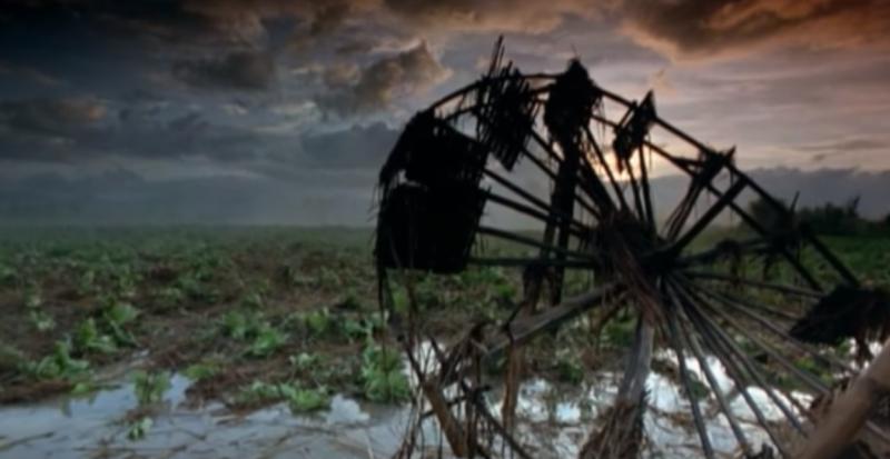 風雨交加的夜晚,他辛苦耕種的田,甚麼也不剩,他的希望也被澆熄了。(圖片截取自Youtube)