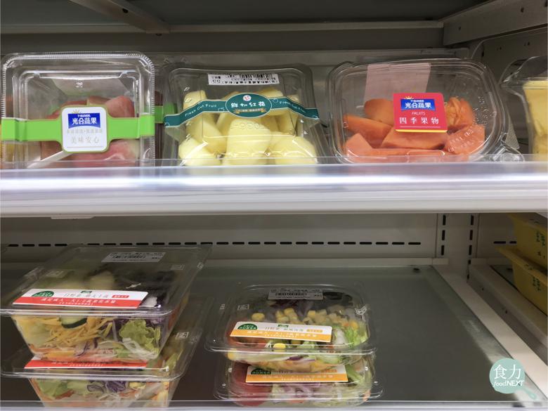 台灣的便利商店貨架上的水果切盤、生菜沙拉保存期限只有3天。(圖/食力foodNEXT提供)
