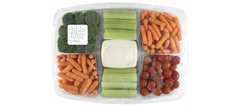 美國超市中的蔬果沙拉盒上的薄膜採用能延長保鮮的MA包裝。(圖/食力foodNEXT提供)