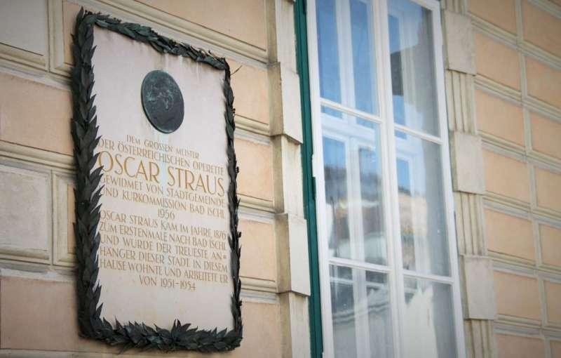 在奧地利溫泉小鎮 Bad Ischl 某棟民宅外牆上有塊牌子,驕傲地介紹奧地利輕歌劇作家 Oscar Strauss曾經在這棟房子裡住了三年。(圖/楊佳恬提供)