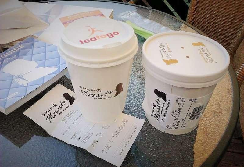 莫札特之家樓下的超市,不論是咖啡杯紙杯或是發票,都霸氣地印上莫札特的剪紙頭像和簽名~(圖/楊佳恬提供)