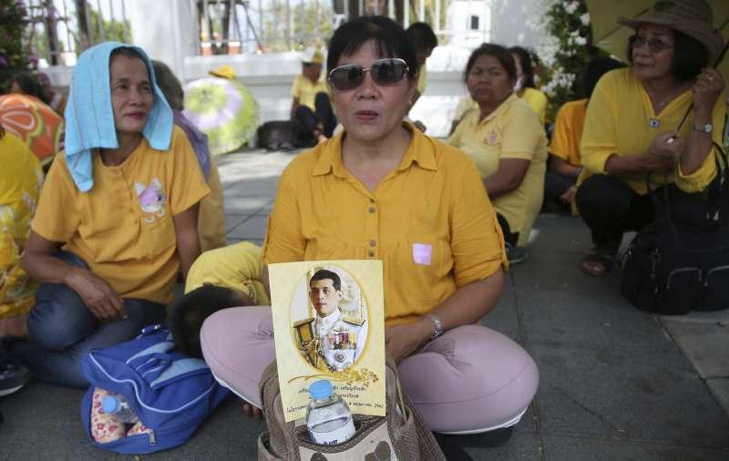 2019年5月4日,泰國國王「拉瑪十世」瓦吉拉隆功加冕儀式,民眾手持他的照片表達恭賀之意。(美聯社)