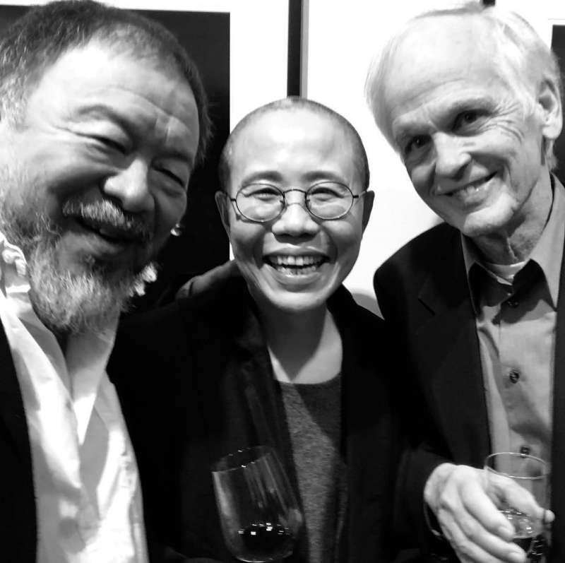 劉曉波的遺孀劉霞(中)4日出席在德國法蘭克福舉行的個人攝影展,與艾未未(左)、林培瑞對談。(取自艾未未IG網頁)