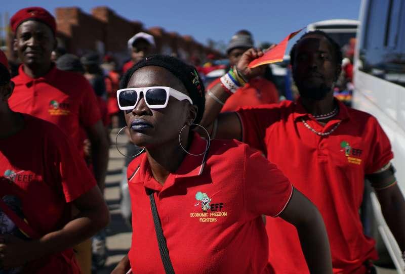2019年5月8日,南非將舉行5年一度的國會大選,圖為激進在野黨經濟自由鬥士黨的支持者。(AP)