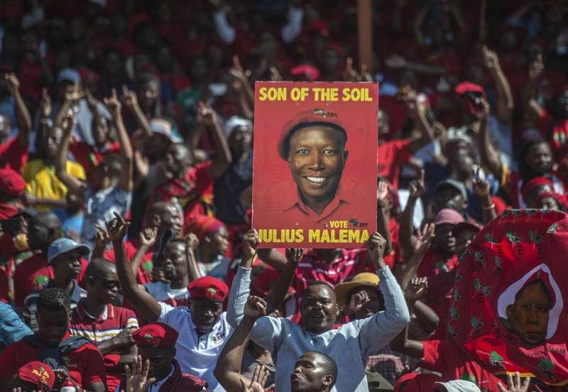 2019年5月8日,南非將舉行5年一度的國會大選,經濟自由鬥士黨的支持者手舉黨主席馬勒瑪的肖像。(AP)