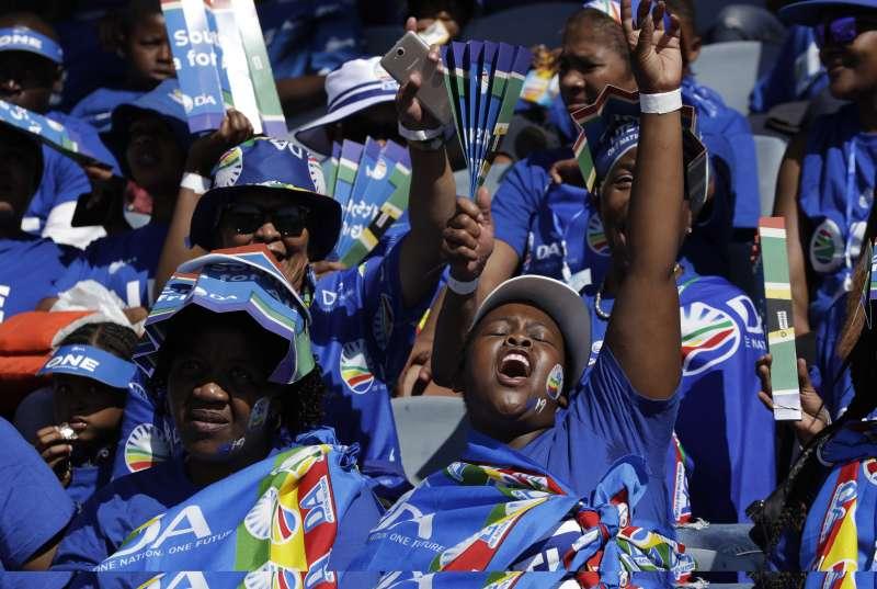 2019年5月8日,南非將舉行5年一度的國會大選,圖為最大在野黨民主聯盟的支持者。(AP)