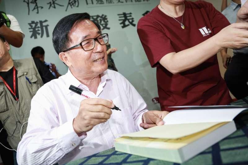 20190505-前總統陳水扁5日出席《堅持—陳水扁口述歷史回憶錄》新書發表會,並為民眾簽書。(簡必丞攝)