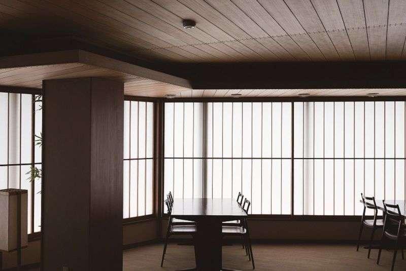 精心計算的配置-六角形是谷口喜歡的形狀。六樓、八樓、九樓的照明全是六角形,但配置方式不同,若無其事地展現統一感與變化。格櫺做了改變的紙拉門也很有效果。在天花板高度受限的大廈中,經過精心計算的燈光並不會讓人感覺太低。(榻榻米出版社提供)