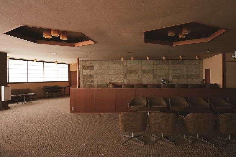 優美的沙龍-六樓的「古今沙龍」採用座面低矮的椅子,現代風格十足。吧檯對面的大谷石與接縫設計,都是谷口的喜好。(榻榻米出版社提供)