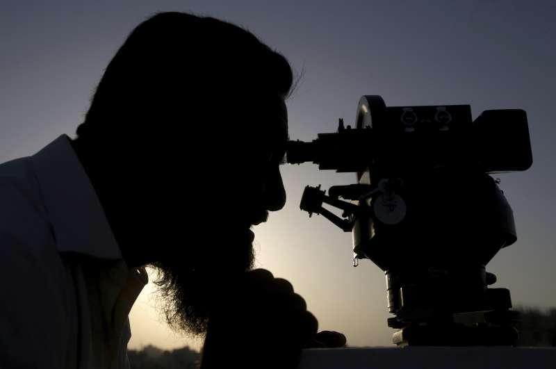 2019年5月5日,巴基斯坦官員觀測天空中是否出現新月的蹤影。(AP)(