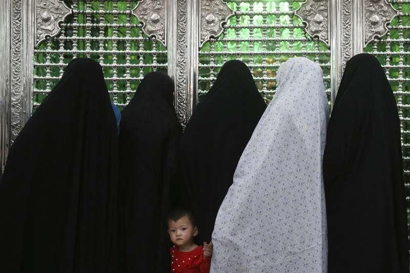 2019年5月6日,齋戒月揭開序幕,伊朗女性前往清真寺禮拜。(AP)