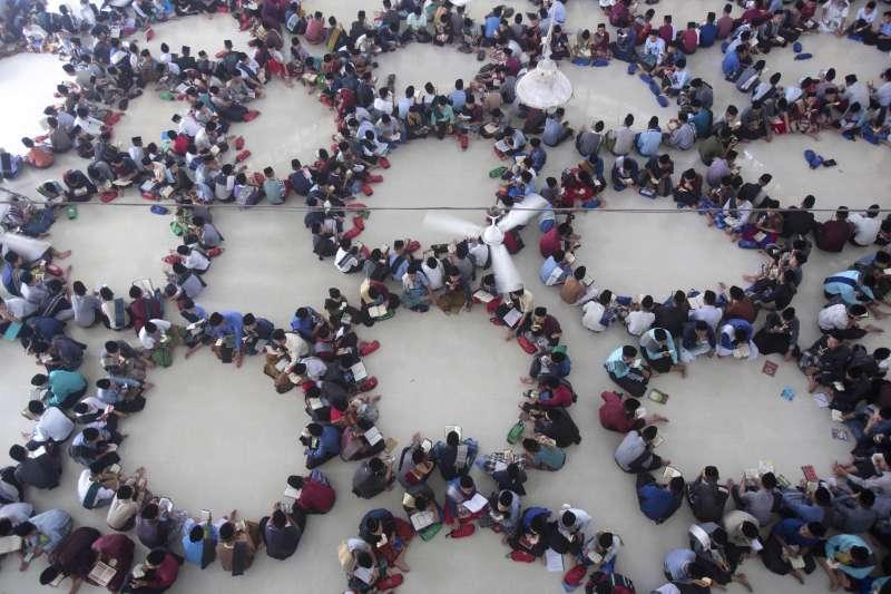2019年5月6日,齋戒月揭開序幕,印尼蘇門答臘省伊斯蘭學校的學生圍成一圈誦讀《古蘭經》。(AP)
