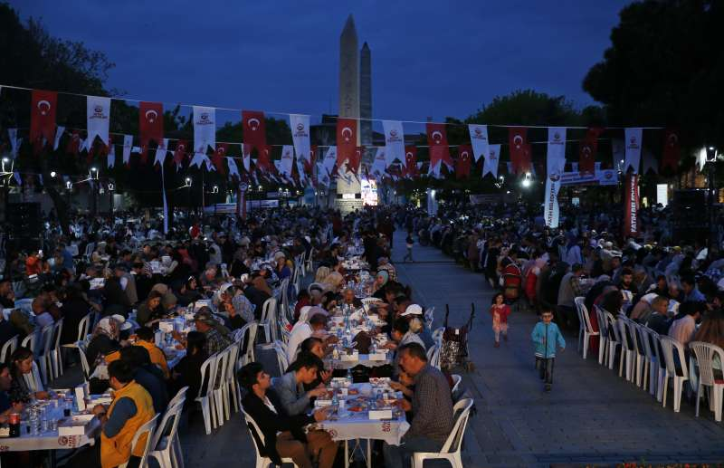 在土耳其伊斯坦堡,隨著夜幕降臨,穆斯林會集體享用開齋飯,準備打破禁食,開始今日的第一餐。(AP)