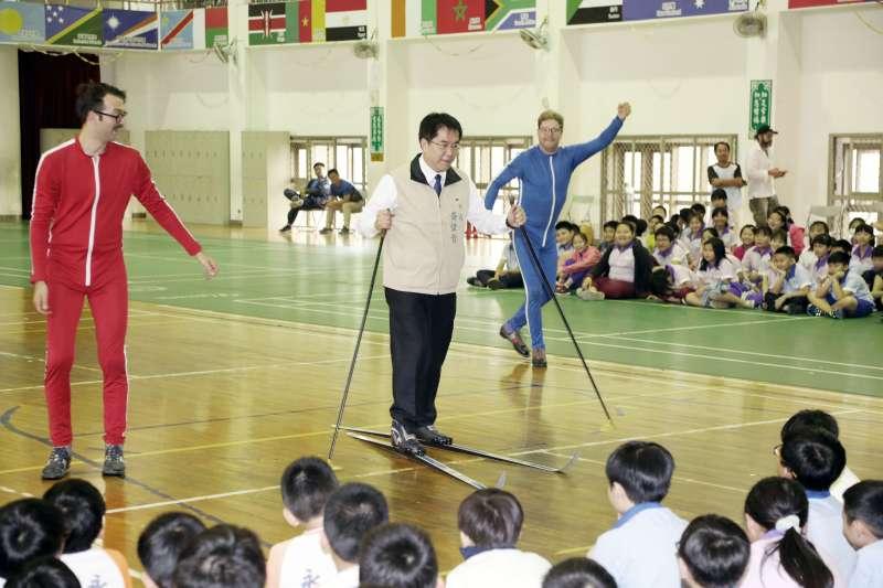 黃偉哲(中)說,很開心傑克雜技團來台南永華國小表演,其實捷克人是很幽默。(圖/徐炳文攝)
