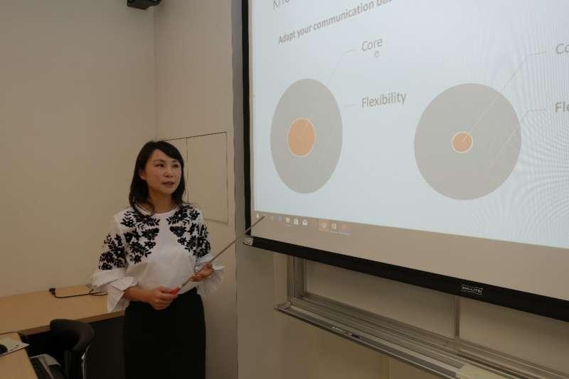 李欣欣副教授教學強調文化思辨力的重要性。(圖/輔仁大學提供)