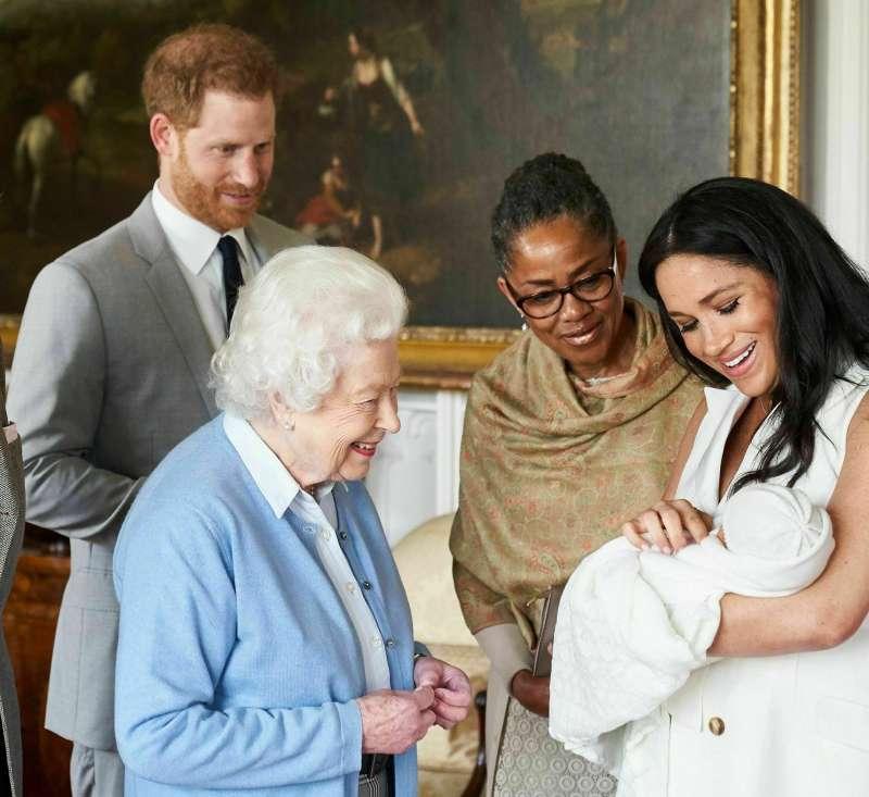 2019年5月8日,英國女王伊莉莎白二世探視新出生的孫子亞契(Archie)(AP)