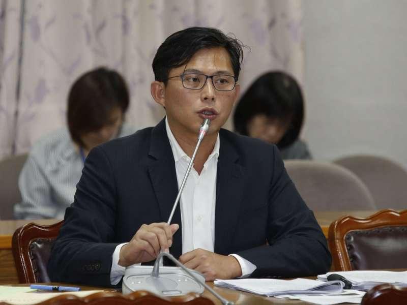 立委黃國昌拿出年報資料證實,南海確實有收受中國政府補助款。(郭晉瑋攝)